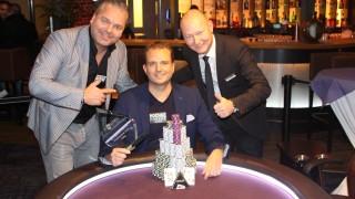 Turniersieger Christian Stratmeyer mit Pokerchef Uwe Wenda und Hochgepokert-Chef JPJ